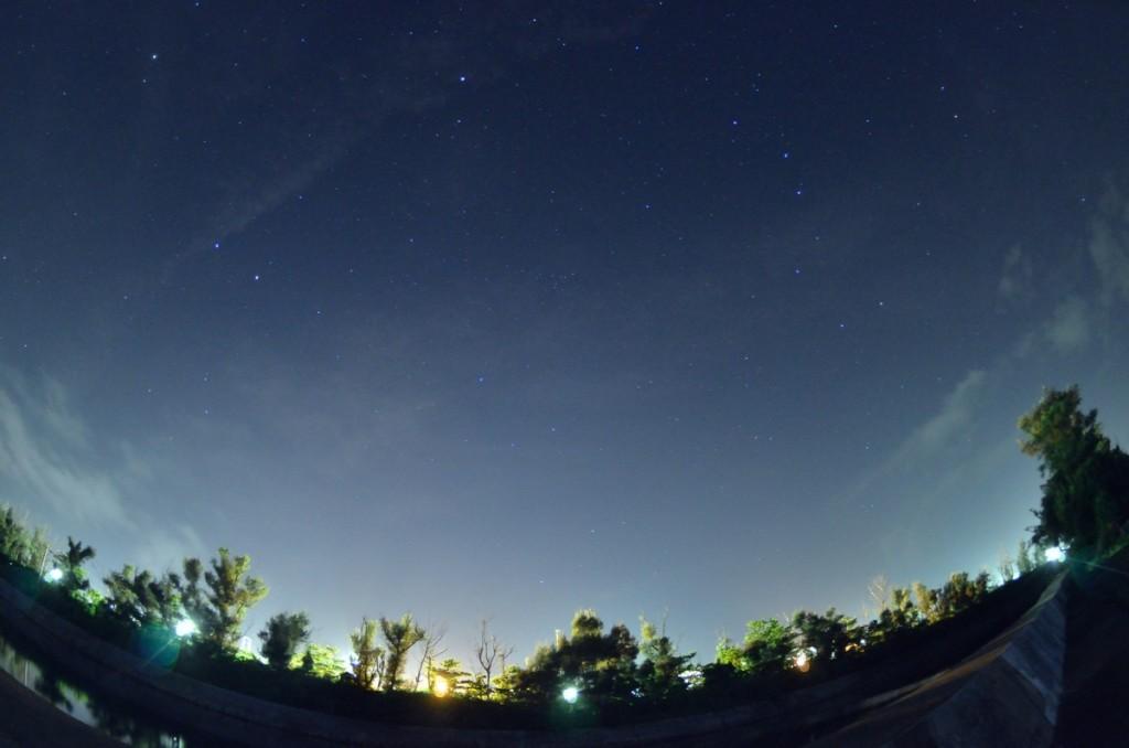 伊計島 プラネタリウムのような夜空で写真撮影