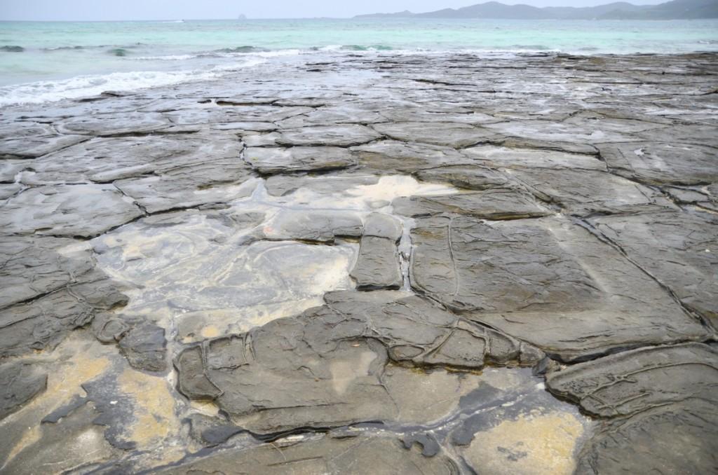 久米島 亀の甲羅のような六角形の石「畳石」