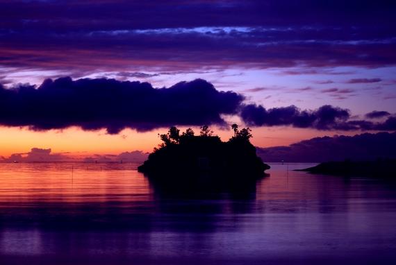 恩納村の西海岸 前兼久漁港からの夕日